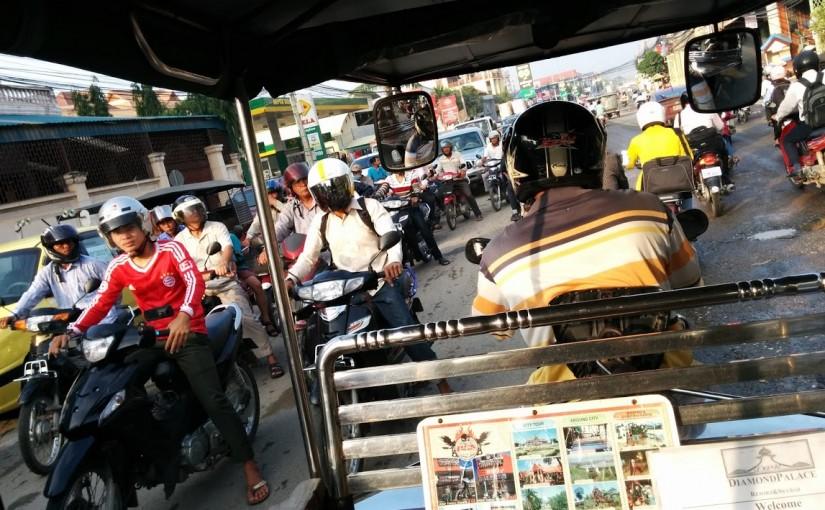 カンボジア早朝のトゥクトゥク。ノーヘル◯学生に追い抜かれる。